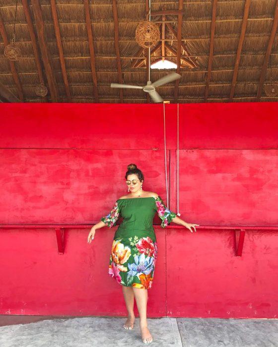 Modelo plus size fluvia Lacerda usando un atuendo de vestido verde