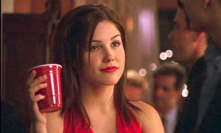 chica usando vestido en color rojo