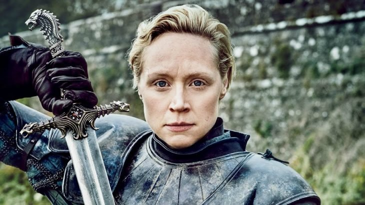 chica usando armadura medieval