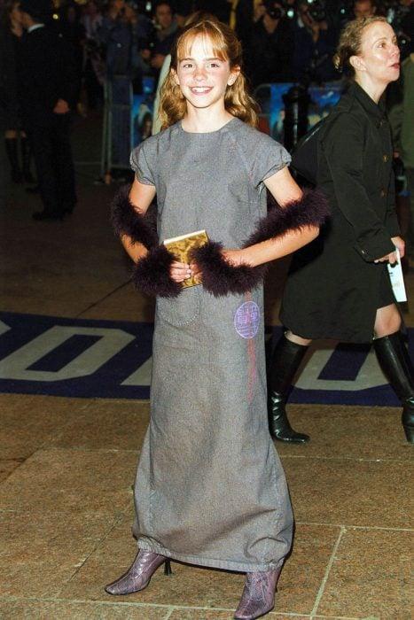 November 2001 emma watson vestido gris