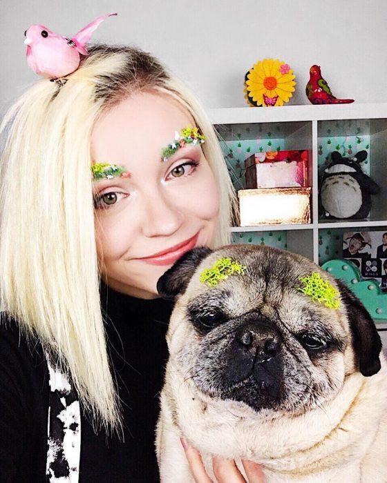chica y su perro con flores en las cejas