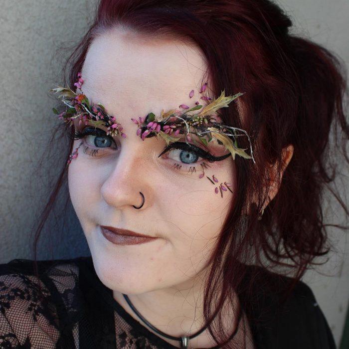 chica con flores en las cejas