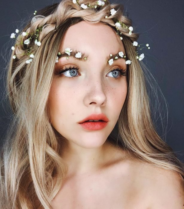 chica usando una corona de flores