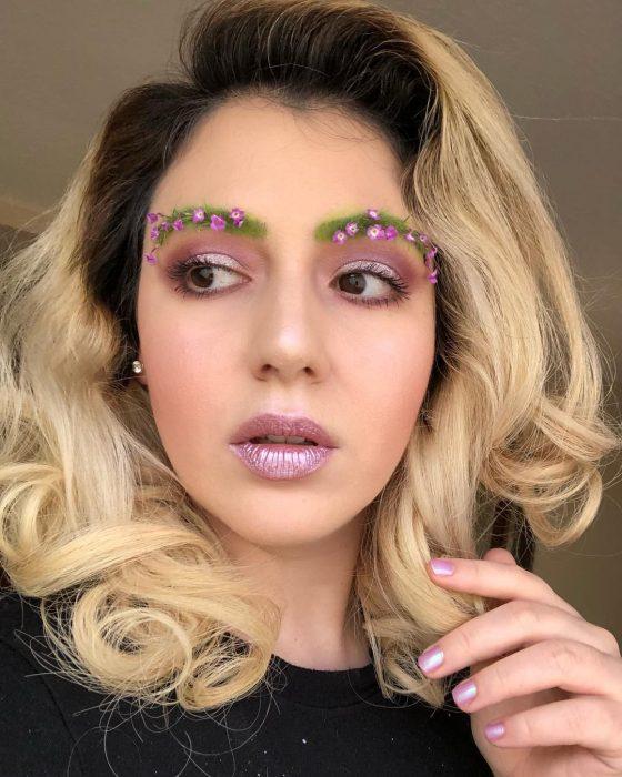 chica de cabello rubio con labios lila