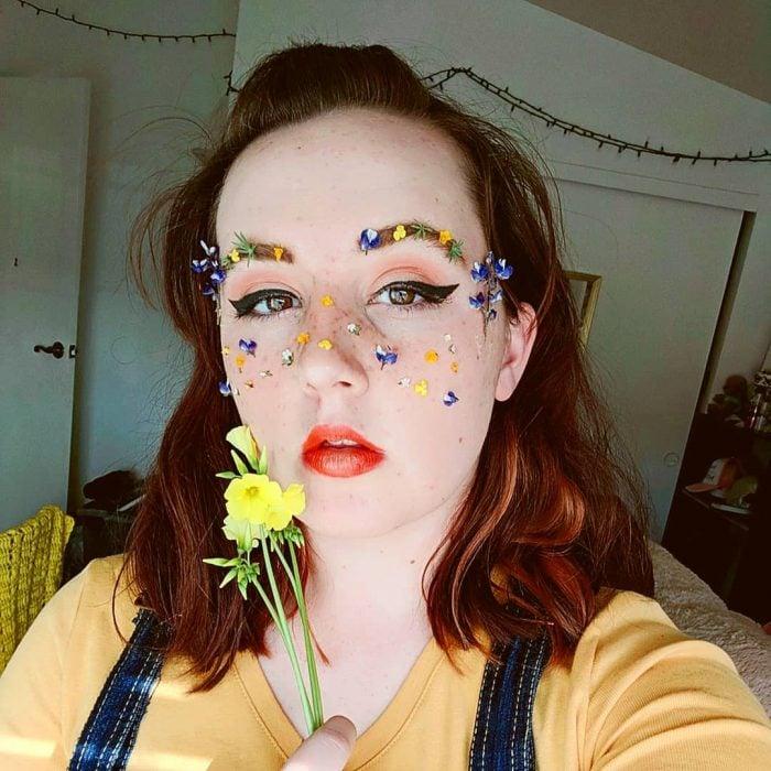 chica con blusa de color amarillo y overol de mezclilla