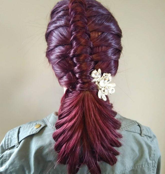 Pipe Braids o trenzas de tubo con una flor de decoración al lado