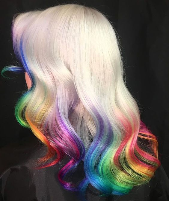 Chica con el cabello teñido con los colores del arcoíris