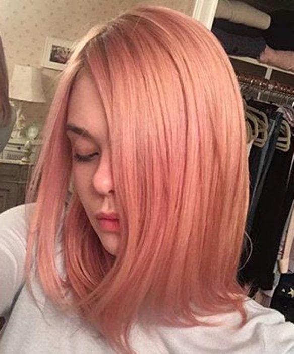 chica con cabello en tonos naranjas