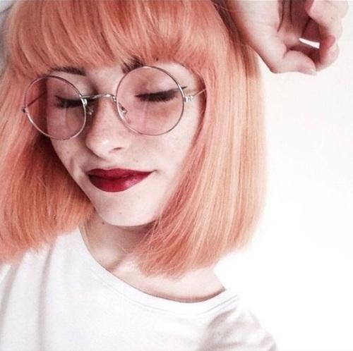 chica con gafas redondas y claras