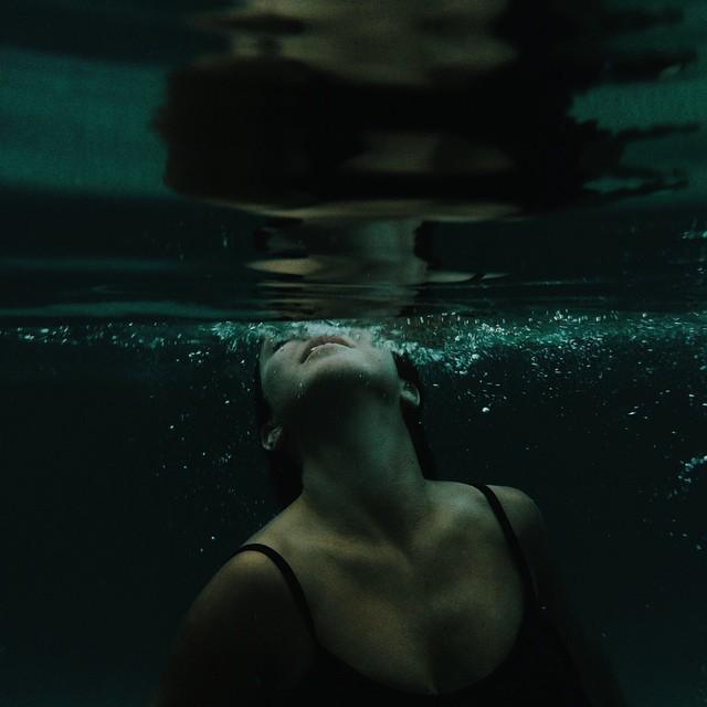 chica nadando bajo el mar