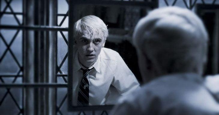 chico viéndose al espejo