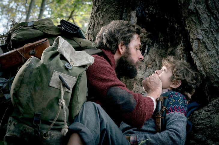 Escena de la película un lugar en silencio, padre callando a su hijo