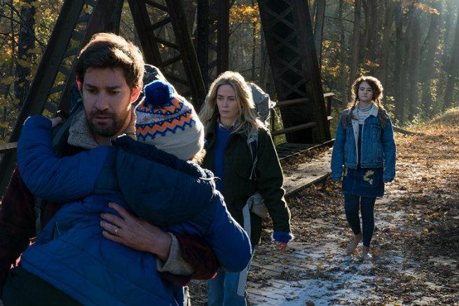 Escena de la película un lugar en silencio, familia caminando por el bosque