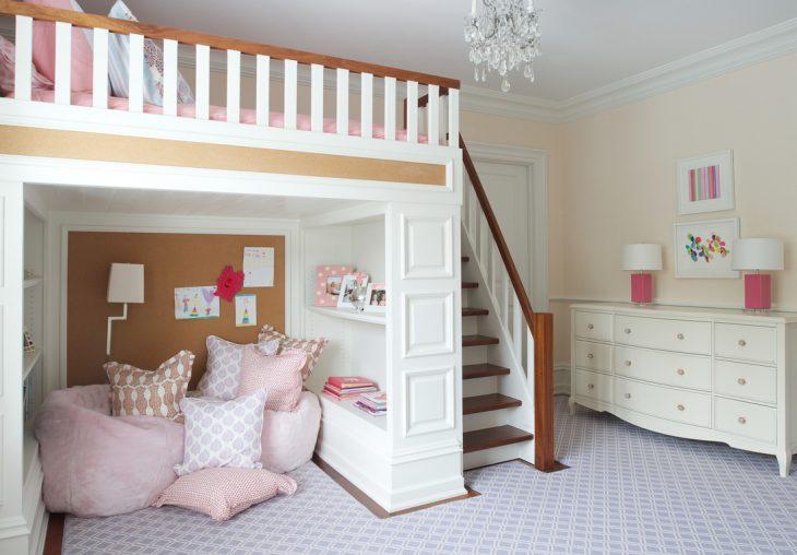 Habitación con una cama arriba de un escritorio