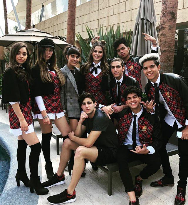 Chicos en la presentación oficial de la novela Like la leyenda, un remake de Rebelde