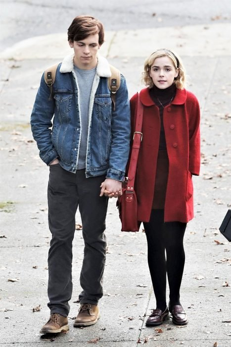 chica usando saco de color rojo de tela de terciopelo