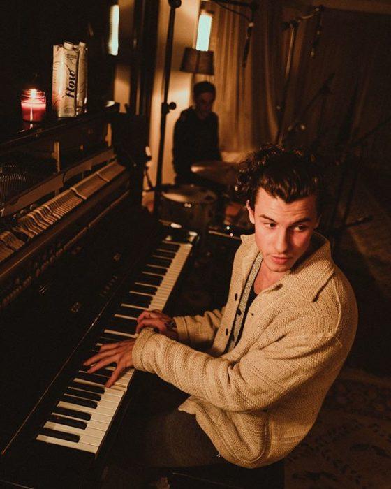 Shanw Mendes tocando el piano