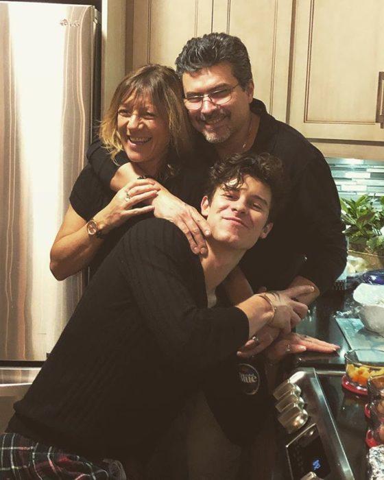 Shawn Mendes y sus papás