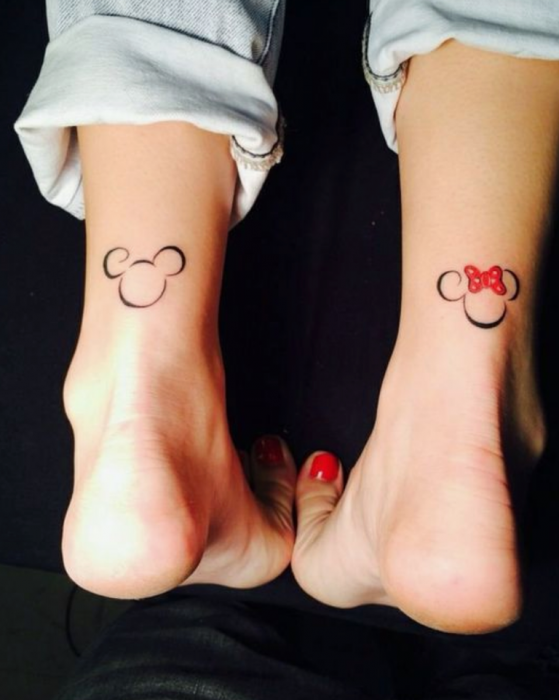 Tatuaje de Disney inspirado en Mickey y minnie