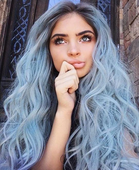 chica con cabello color azul cielo