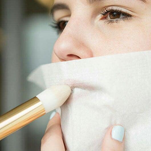Chica aplicando polvo traslucido en los labios