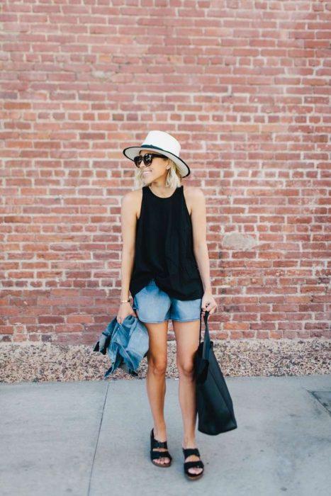 outfit con short de mezclilla blusa negra y sandalias de piso