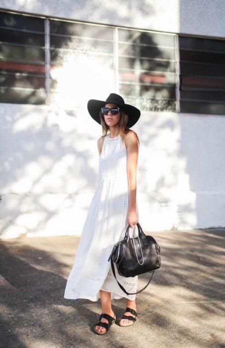 outfit con sandalias de piso negras y vestido blanco largo
