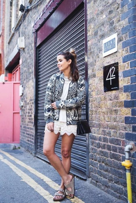 outfit con jumper blanco y sandalias de piso