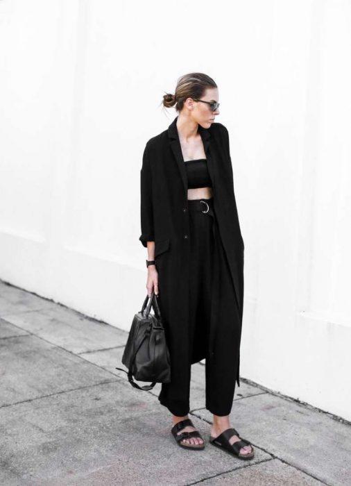 outfit totalmente negro con pantalones comodos y chanclas
