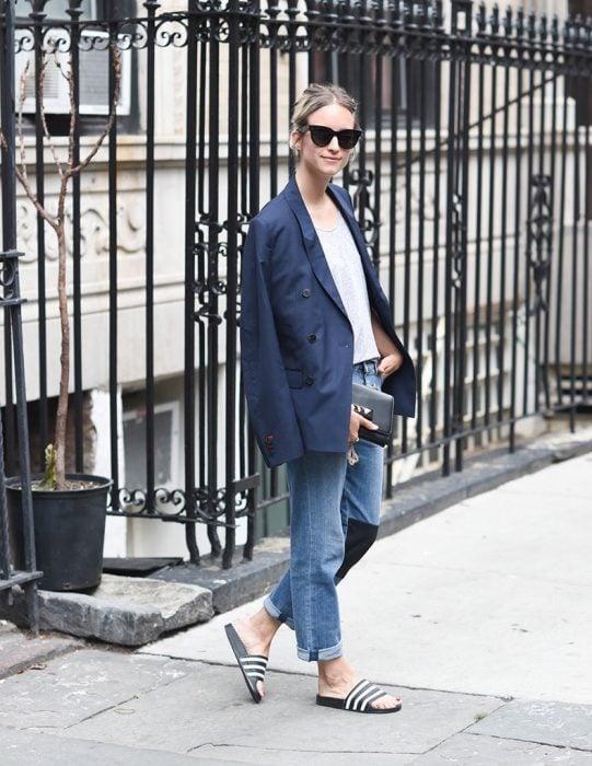 outfit con chanclas blazer azul y vaqueros