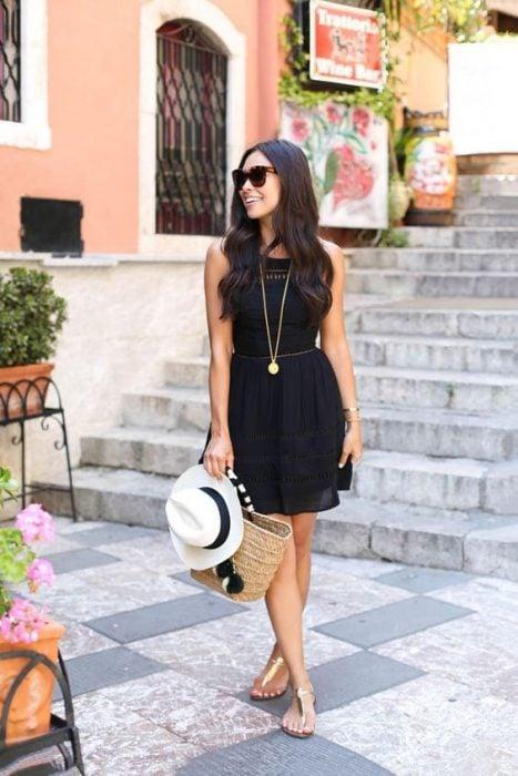 outfit con vestido negro y chanclas