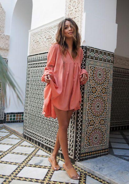 outfit con vestidito rosa y chanclas de piso