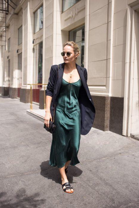 vestido de seda verde con chanclas negras