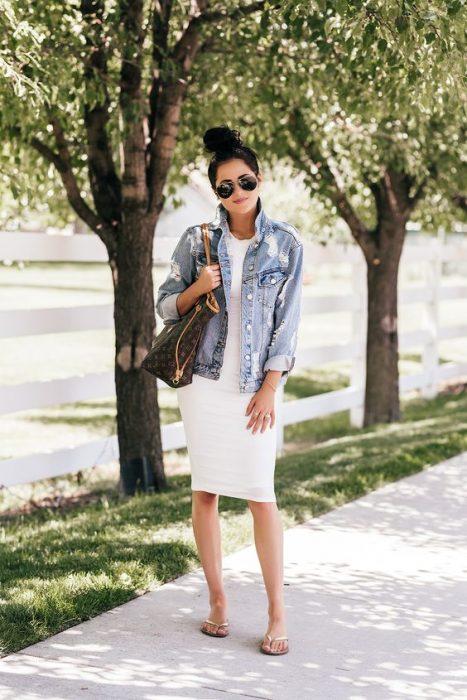 outfit con chanclas vestido blanco