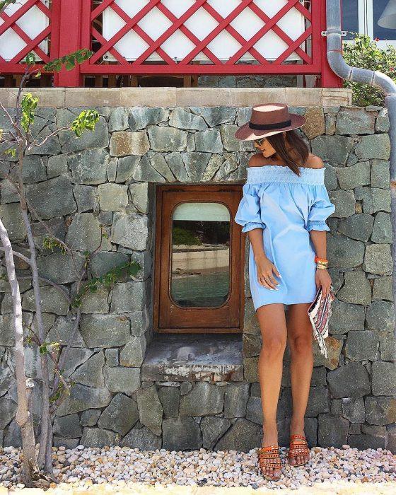 outfit con chanclas de piso de cuero y vestido azul