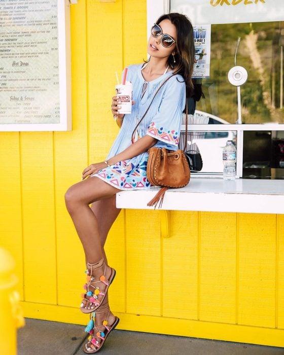 sandalias de piso con pompones de colores y vestido azul