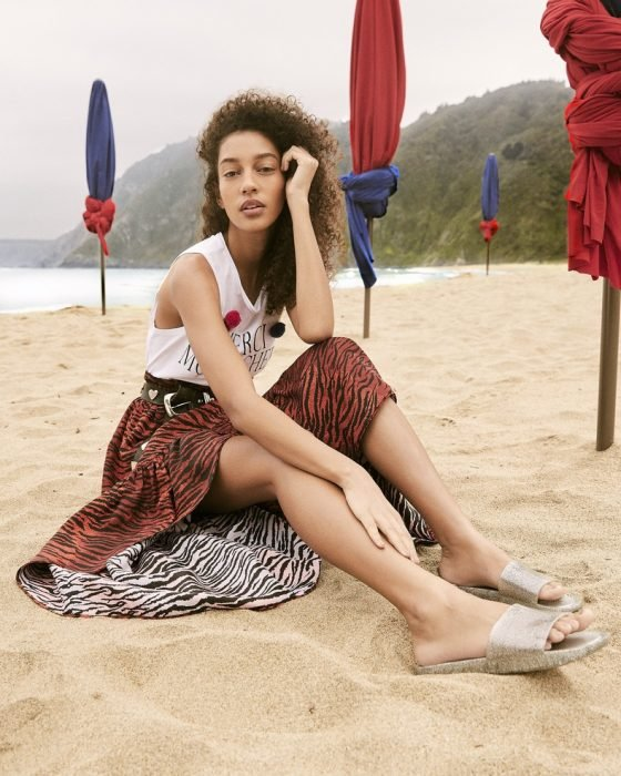 chanclas slippers con falda print y blusa blanca