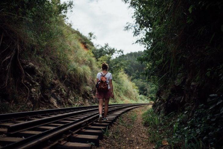 chica de paseo en la naturaleza