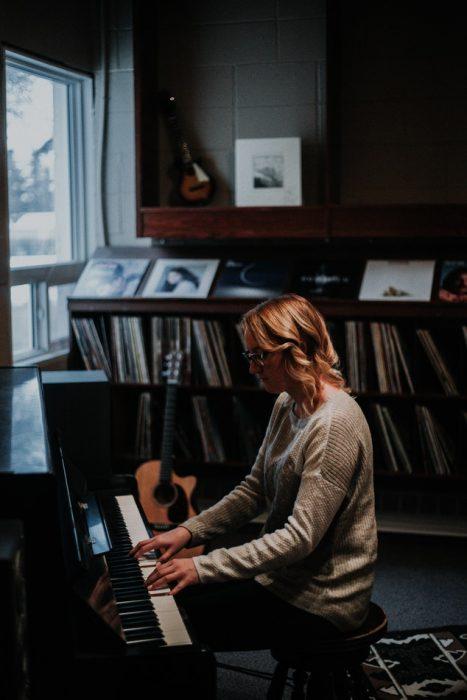 chica tocando piano