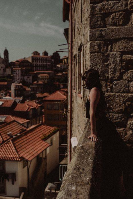 chica en una ciudad europea
