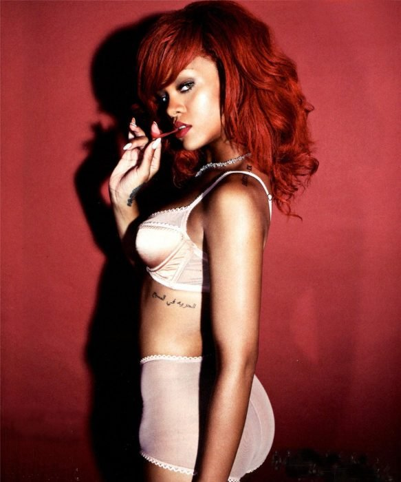 mujer cabello rojo y lencería