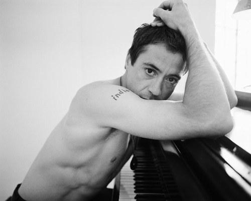 robert-downey-jr piano