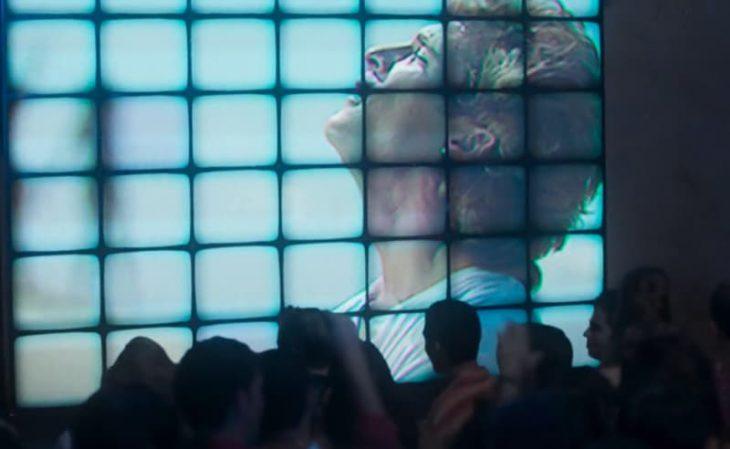 hombre rubio en pantalla