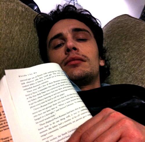 james franco leyendo