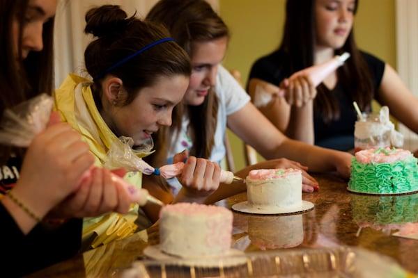 chicas horneando pastelillos