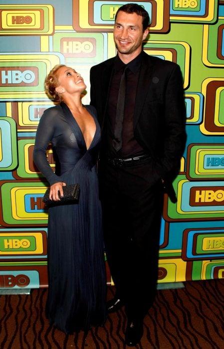 Mujer bajita al lado de hombre alto