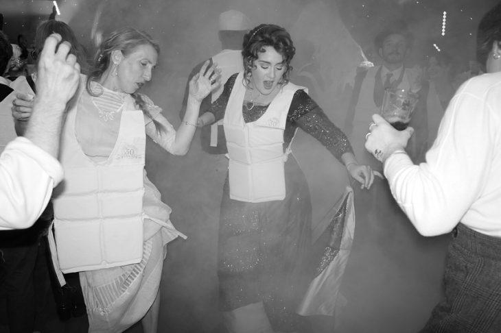 mujeres y hombres con chaleco salvavidas bailando