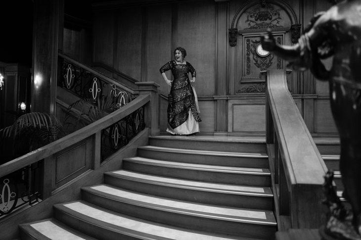 mujer con vestido bajando escaleras