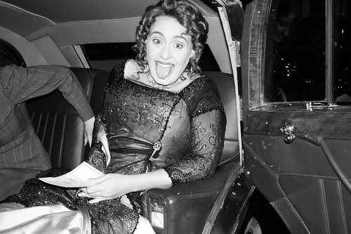 mujer con vestido sonriendo y sacando lengua