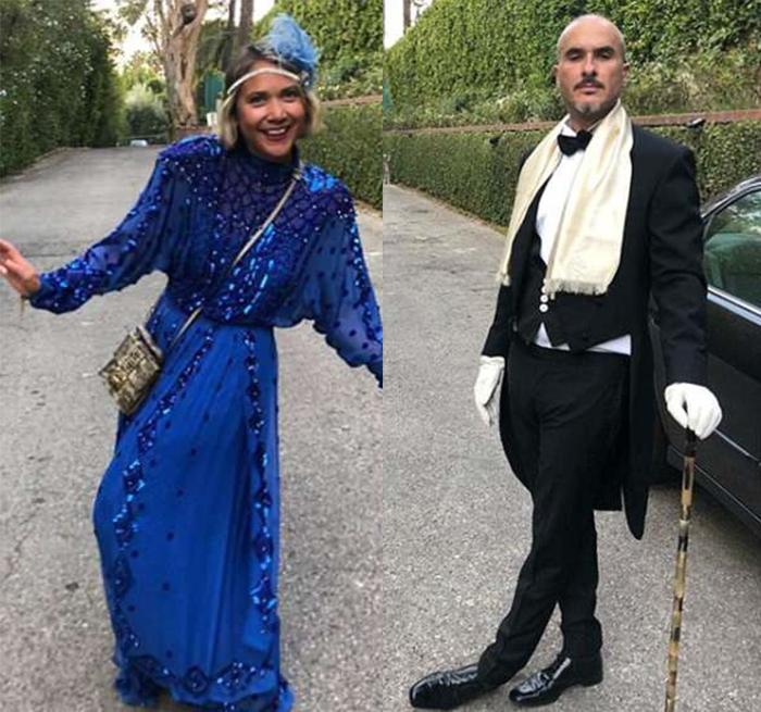 mujer con vestido azul rey y hombre con bastón traje moño